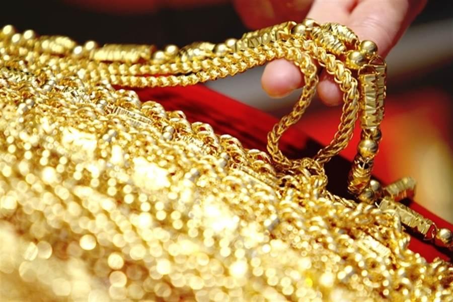 黃金現貨價周一飆新高。(中新社資料照)