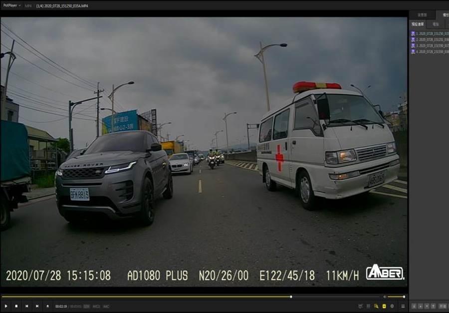 救護車載著病患卡車陣,台中市警察局交通警察大隊重機隊,立斷開啟警示燈,4部大型警用機車為救護車開路。(台中市警察局提供/張妍溱台中傳真)
