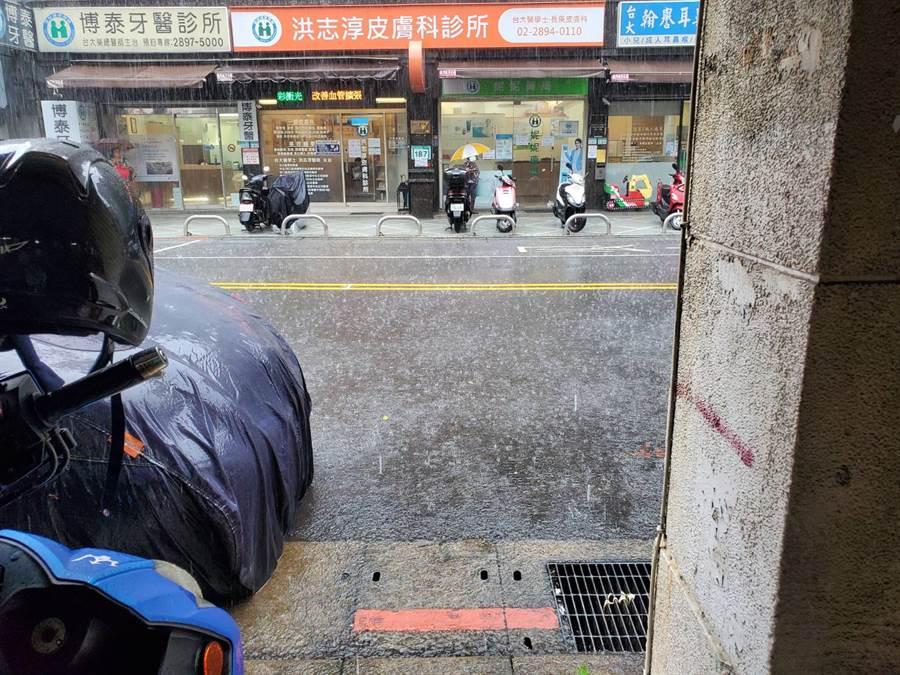 台北市北投區下暴雨,水利署還發布一級淹水警戒。(網友提供)