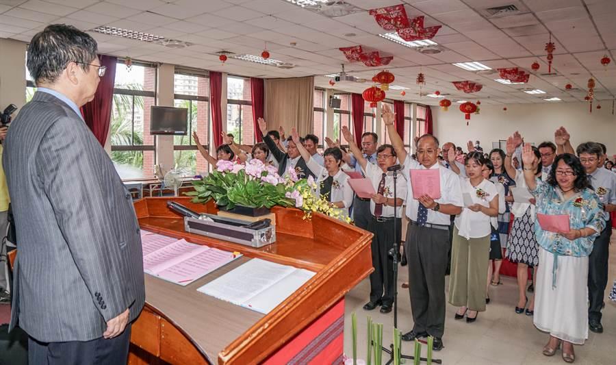 縣長楊文科(左)主持109學年度中小學新卸任校長交接典禮,安興國小校長齊宗豫(中)帶領宣誓。(羅浚濱攝)