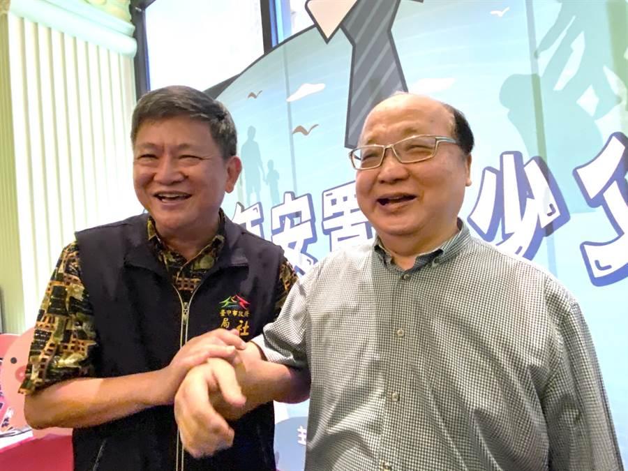 前台中市長胡志強(右)3日與市府社會局長彭懷真共同出席藍爸爸關懷兒少活動,宣傳「兒童與少年未來教育及發展帳戶」。(盧金足攝)