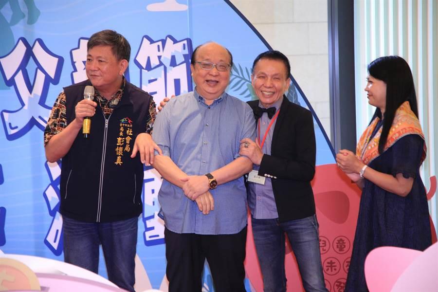 前台中市長胡志強發揮「胡氏幽默」說,藍爸爸很喜歡現任的社會局長彭懷真,他當台中市長的時候舉辦關懷餐會,藍爸爸也沒有捐100萬,引來全場笑聲。(盧金足攝)