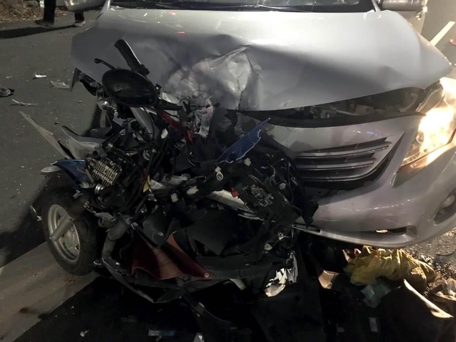 王姓婦人當時下班返家,在距離家裡僅五分鐘的紅綠燈路口,遭徐男從後面追撞,機車遭撞爛當場死亡。(警方提供/吳建輝彰化傳真)