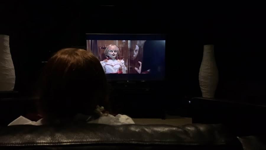 安娜貝爾自己爆米花DIY,拿點心邊欣賞個人主演的《安娜貝爾回家囉》。(翻攝自YuoTube)