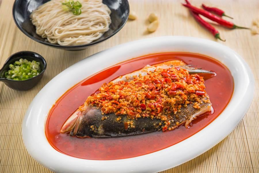 招牌名菜「湘味剁椒鰱魚頭」入口酸辣尾韻發麻。(大地酒店提供)