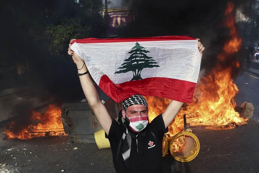 黎巴嫩首都貝魯特街頭反政府抗議。(美聯社)