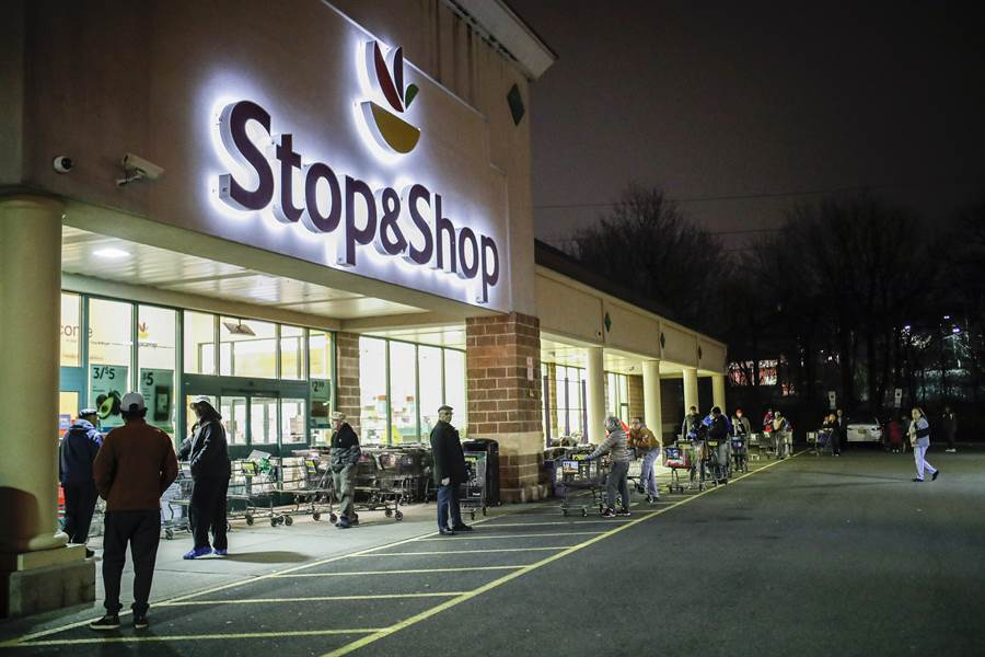 美國為協助小企業渡過疫情難關設立救助專案貸款,圖為疫情籠罩下的新澤西州超級市場。(圖/美聯社)