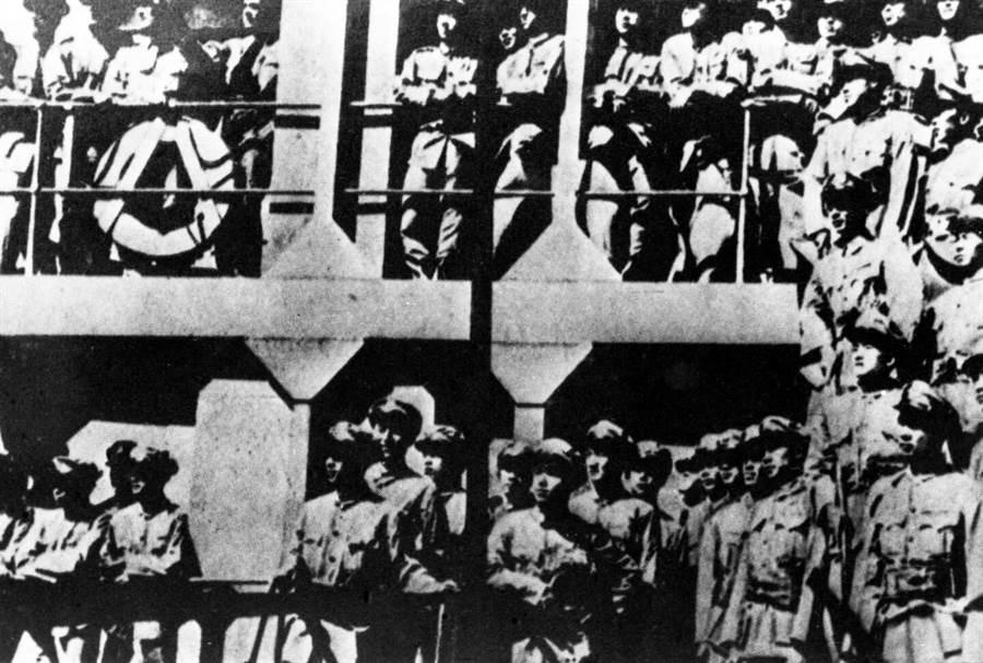 國民黨開往東北的運兵船。(新華社資料照片)