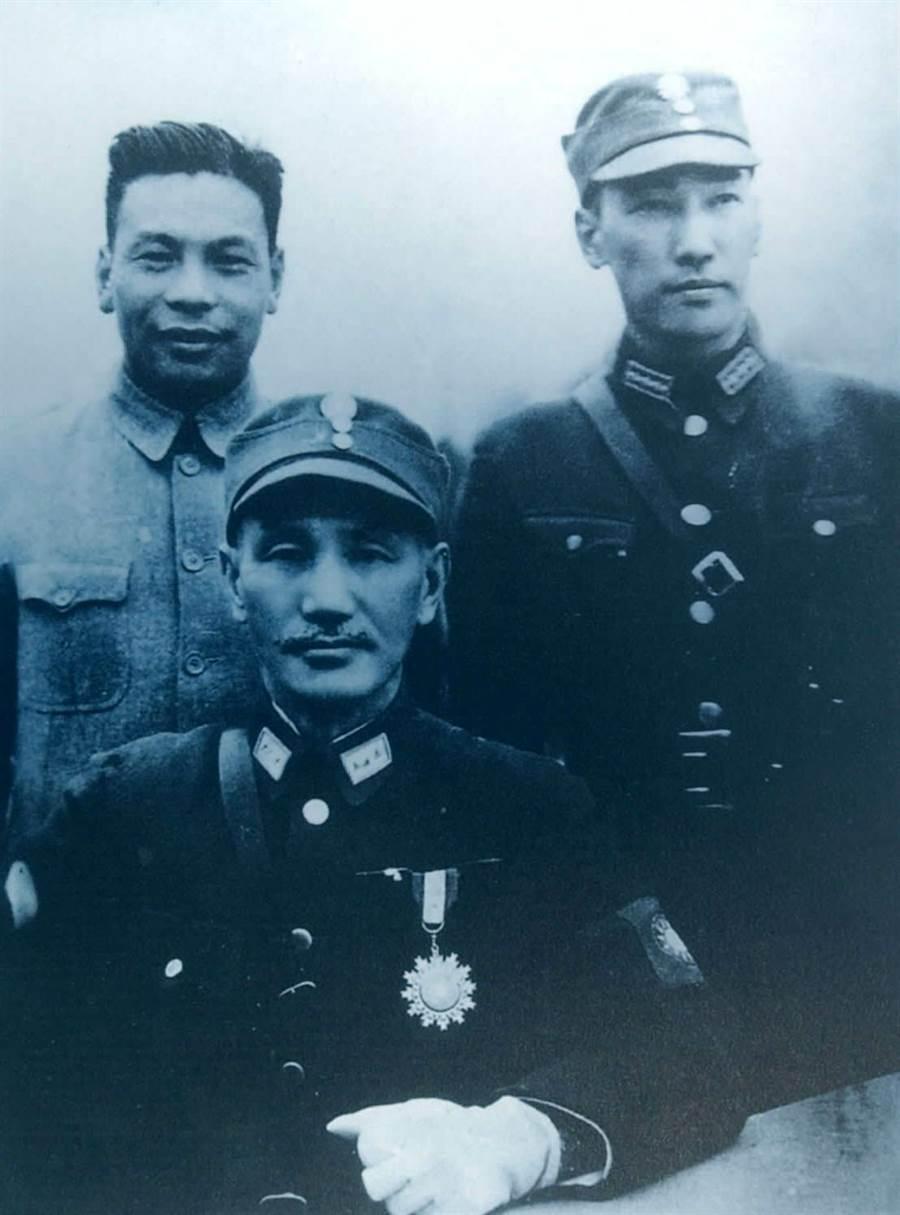 蔣介石與蔣經國、蔣緯國的合影舊照。(新華社資料照片)