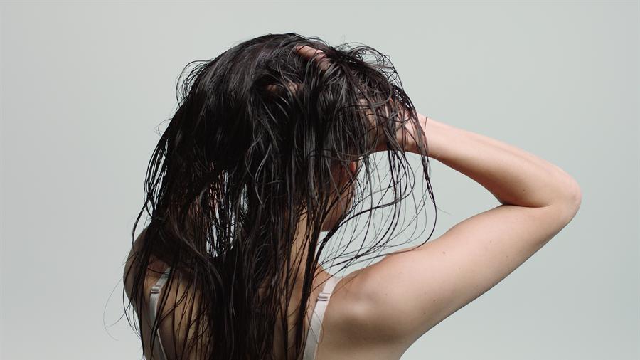 使用頭皮專用保養髮品改善頭皮出油狀況。(圖/品牌提供)