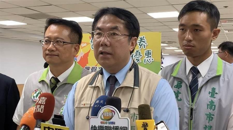 台南市長黃偉哲(中)表示,明起出入5大場所須強制佩戴口罩。(資料照/李宜杰攝)