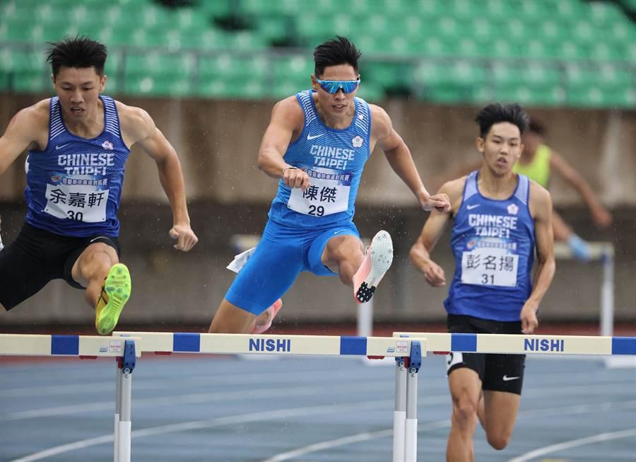 陳傑(中)在模擬奧運對抗賽男子400公尺跨欄奪金。(國訓中心提供)