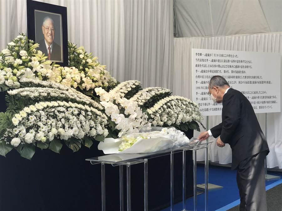 東亞情勢研究會理事長、前參議員江口克彥在李登輝靈前拿出兩人的合影,致哀時還默默拭淚。(黃菁菁攝)