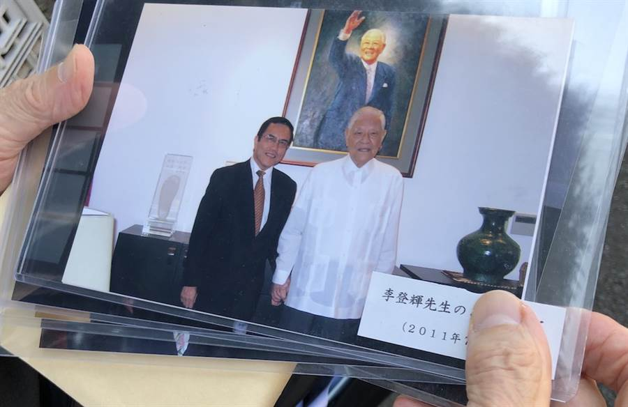 日本ANA航空公司前台北支局長池本好伸帶著許多與李登輝的合照前來悼念,合照中有2011年7月5日受邀到李登輝家作客的合照。(黃菁菁攝)