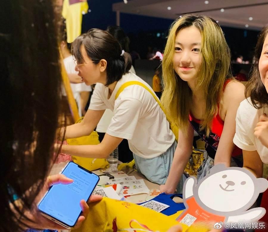 14歲李嫣染一頭金髮,網友認為太成熟。(圖/翻攝自微博)