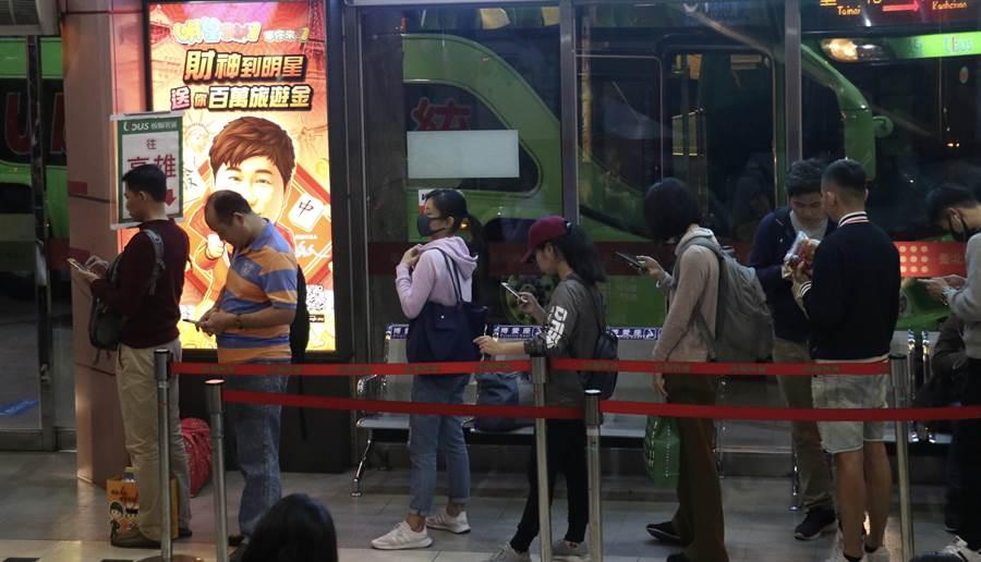 網友在台北轉運站準備搭車回台南,突然遇到一位拿著一疊很像掛號單的紙,心急如焚的阿伯走向她。(本報系資料照)