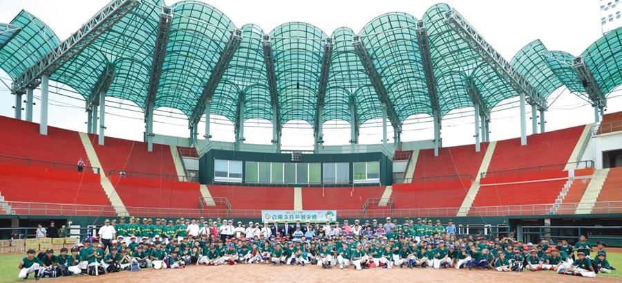 合作金庫銀行副總經理周俊隆,親自率領今年剛拿下全國成棒甲組春季聯賽冠軍的合庫棒球隊,擔任小球員們的指導教練。圖/合作金庫銀行提供
