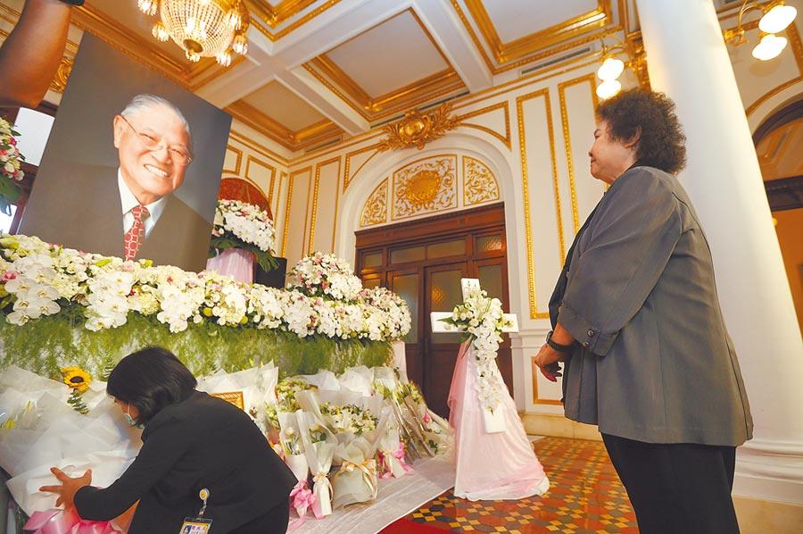前總統李登輝辭世,監察院長陳菊(右)昨前往台北賓館的追思會場表達哀悼之意。(台北市攝影記者聯誼會提供)