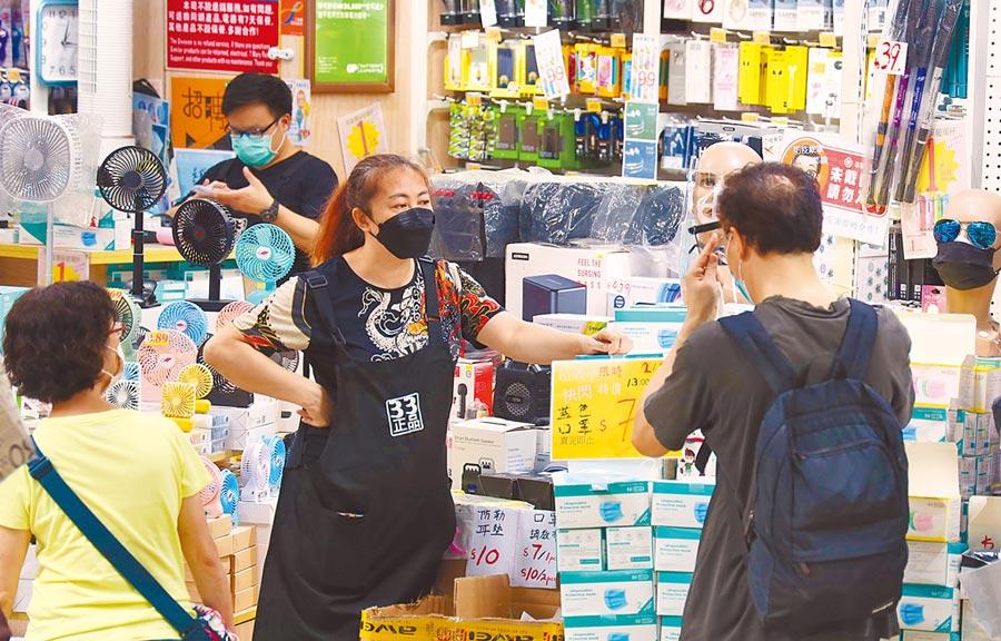 香港2日新增115宗新冠肺炎確診病例,是連續12天破百例,累計病例增至3511宗。圖為街頭的防護用品攤位生意不錯,市民除購買口罩外也選購面罩。(中新社)