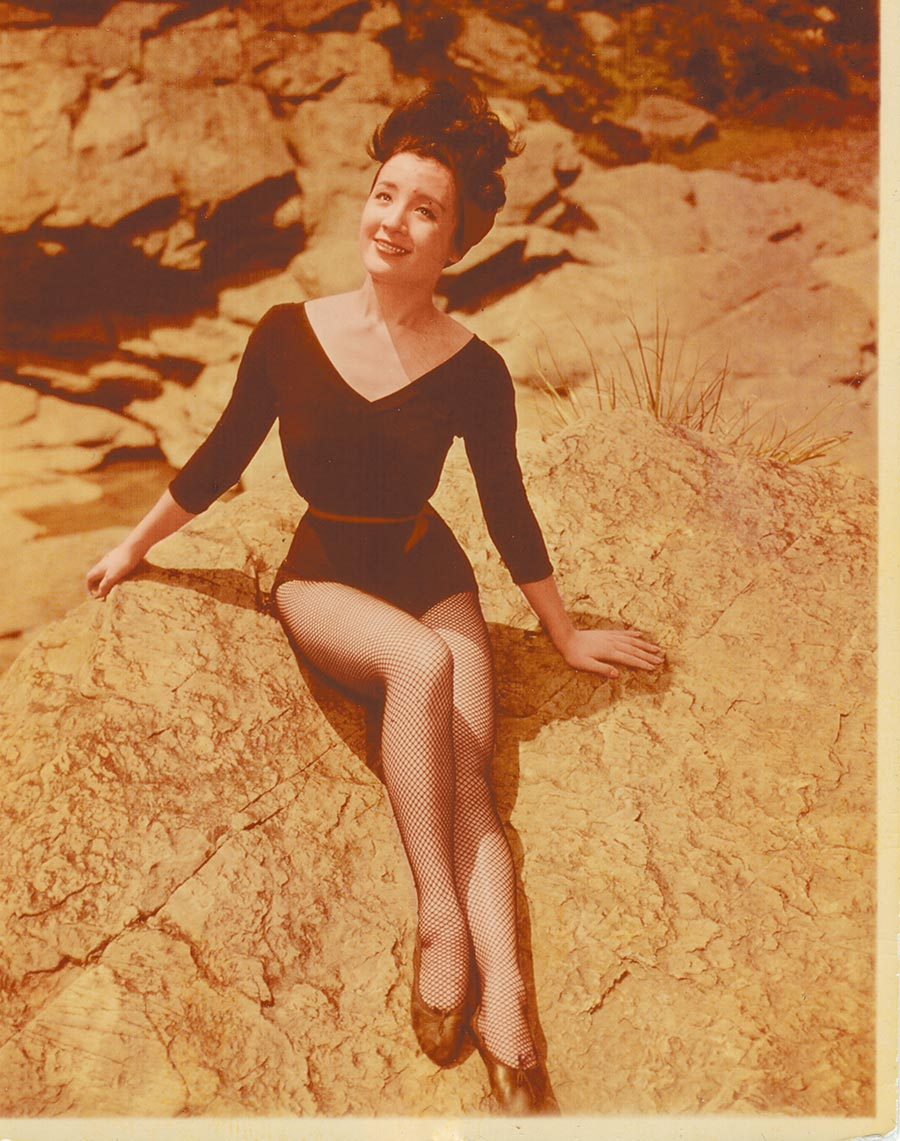 1964年野柳,練舞衣全身照。(柯錫杰攝,江青提供)