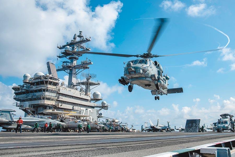 美軍MH-60R海鷹直升機降落在雷根號航母。(取自美國海軍官網)