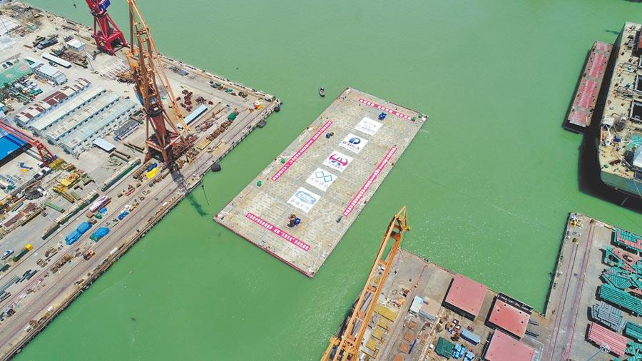 7月25日,深中通道最寬鋼殼沉管E32管節順利出塢,刷新世界超寬管節在受限水域的出塢紀錄。