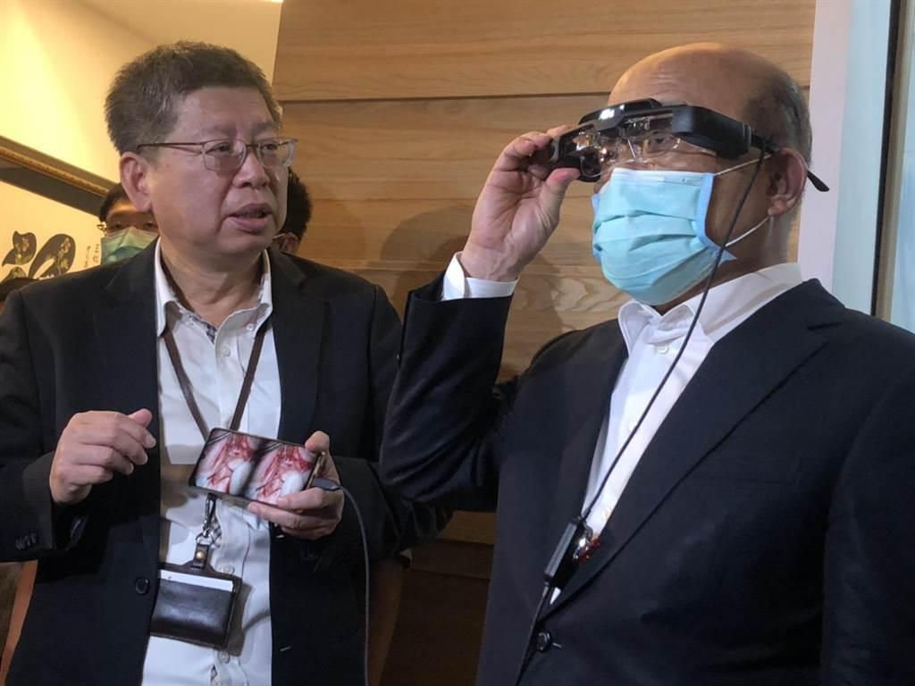 行政院長蘇貞昌(右)參觀智慧眼鏡成果,避談蘇震清涉賄,僅稱讚行政團堅守防線。(許家寧攝)