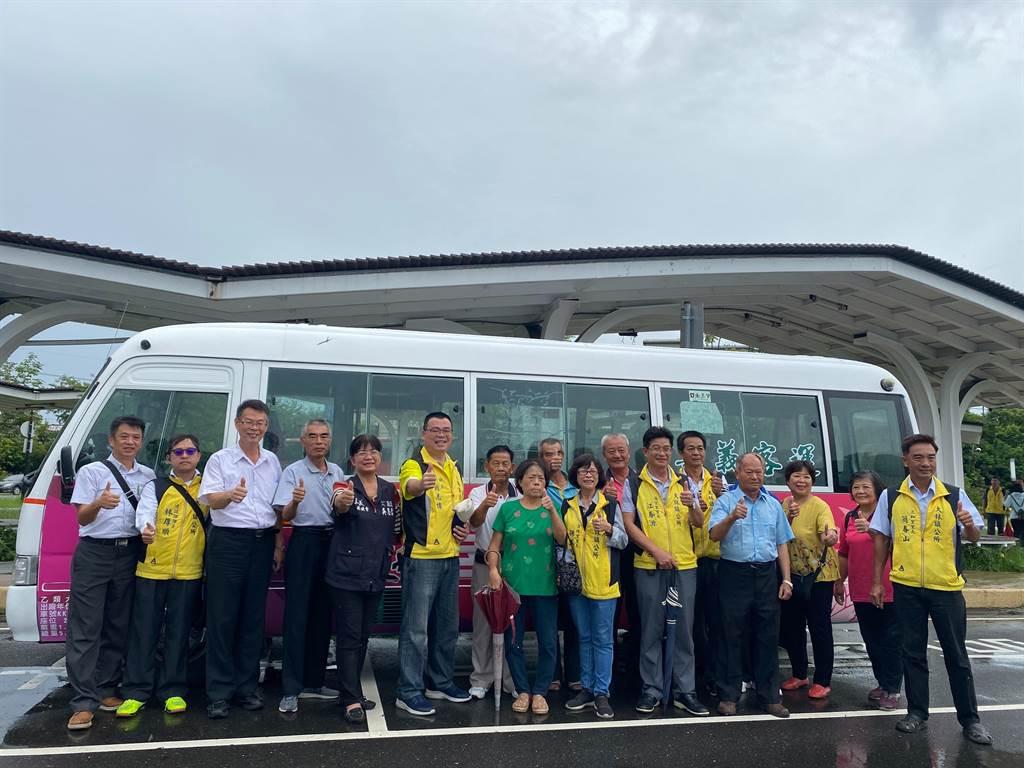 大林幸福巴士4日啟航,鎮長簡志偉邀請各村里長體驗。(張亦惠攝)