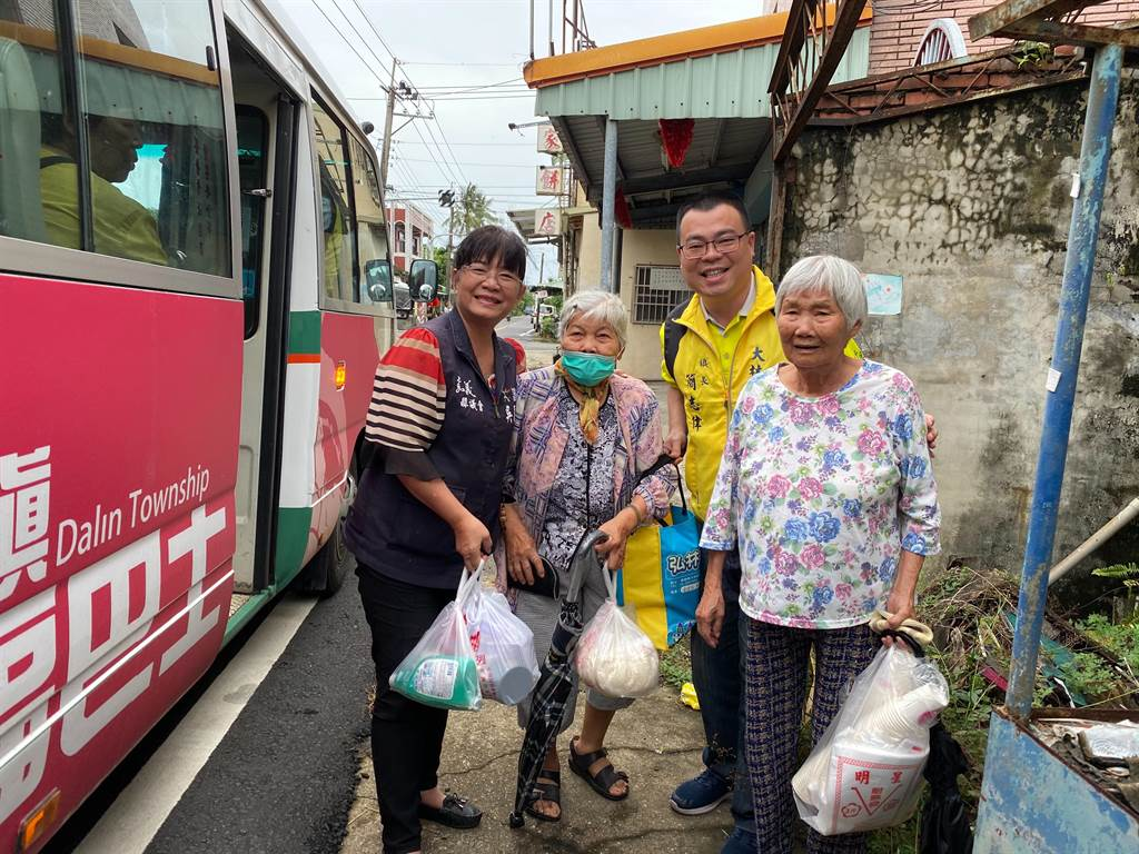 兩名80多歲的阿嬤搭上午第一班車到市場買菜,回程巧遇鎮長簡志偉。(大林鎮公所提供/張亦惠嘉縣傳真)