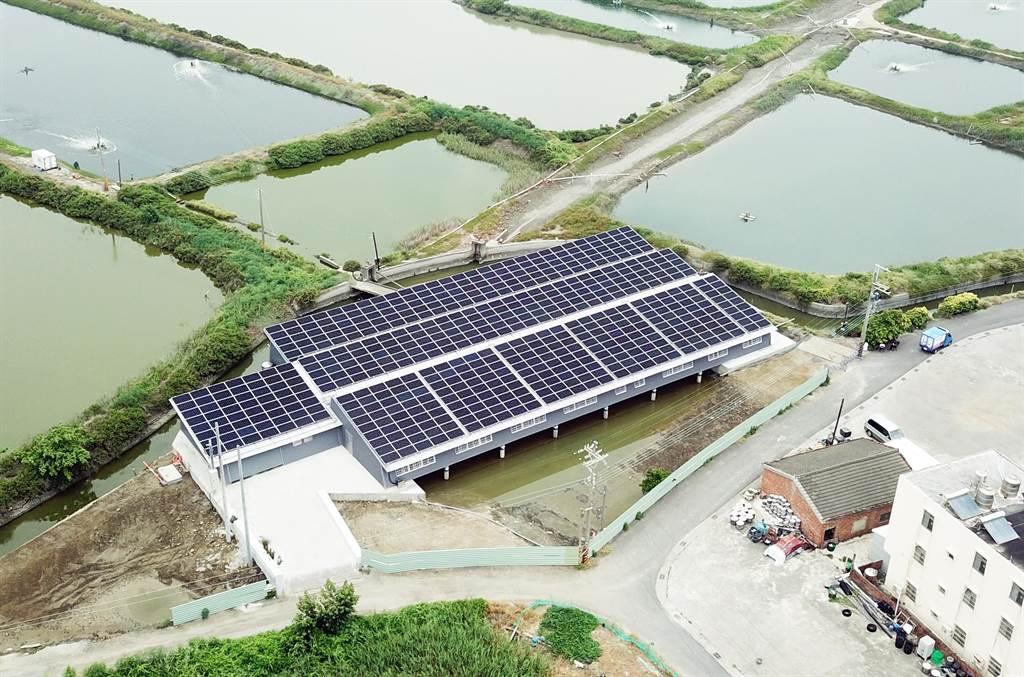 台鹽綠能與資策會合作,結合太陽能光電、AI智慧科技及大數據打造室內養殖示範基地,位於台南市北門區,面積約390坪。(台鹽綠能提供/莊曜聰台南傳真)