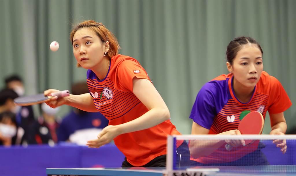 桌球女雙組合鄭先知(左)、劉馨尹(右)在模擬東京奧運對抗賽前幾天確定再度合拍。(季志翔攝)