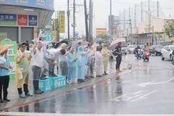 最後兩周 不畏風雨 陳其邁穿雨衣站路口拜票