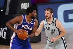 NBA》米德頓三分破網 七六人逆斬馬刺保勝果