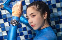 温贞菱湿身处女秀挑战水下摄影 携手美度表化身美人鱼