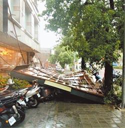 暴雨襲中台灣 貨車翻覆 看板砸車