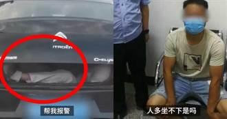 車廂掉出1條腿!後車駕駛嚇壞急報警…司機淡定:人太多坐不下