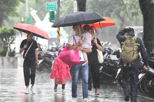 琉球南方海面低氣壓,明(14)將靠近台灣,迎風面的東半部以及恆春半島有短暫雨和雷雨發生機率,西半部降雨以午後雷陣雨為主。(示意圖 資料照/張鎧乙攝)