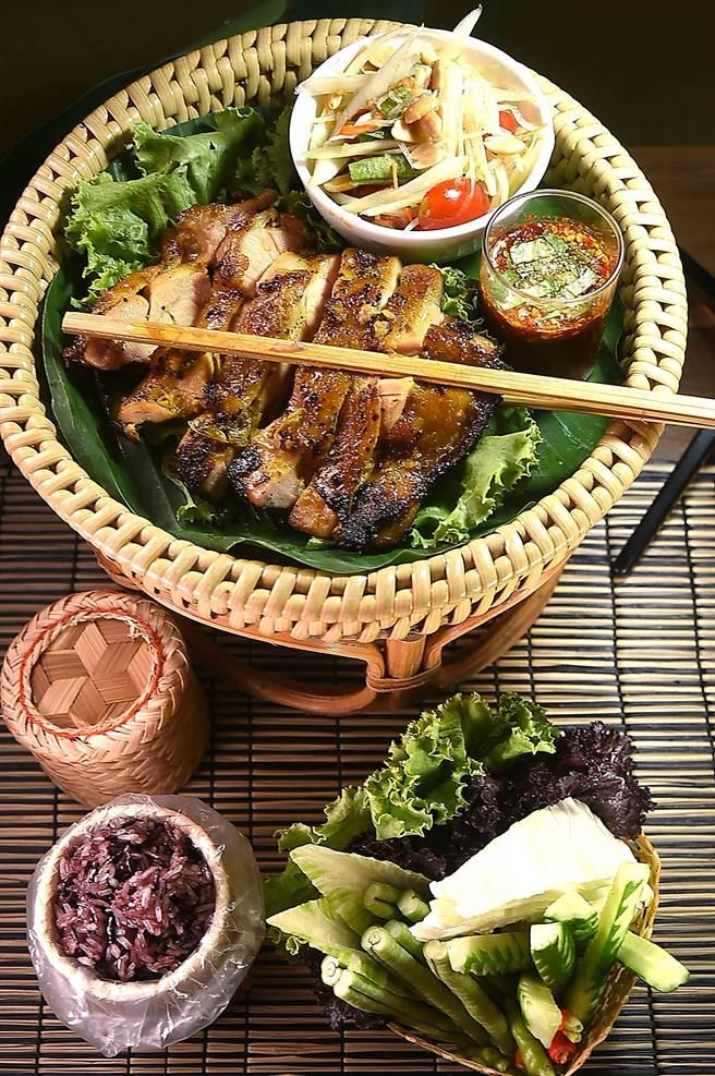 泰菜私廚〈Zaap〉的〈泰式香料烤雞腿〉,呈盤時會附上沙拉和糯米飯讓食客搭佐享用。(圖/姚舜)