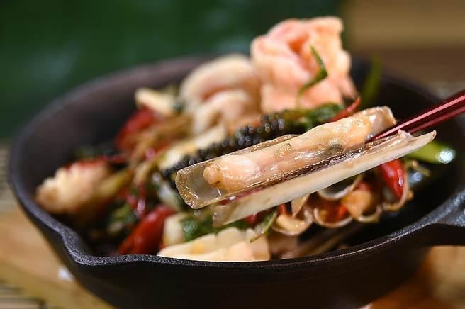 蟶子又稱「竹蟶」或「西施舌」,〈鐵板青胡椒炒海鮮〉也用了這種帶殼海鮮入饌。(圖/姚舜)
