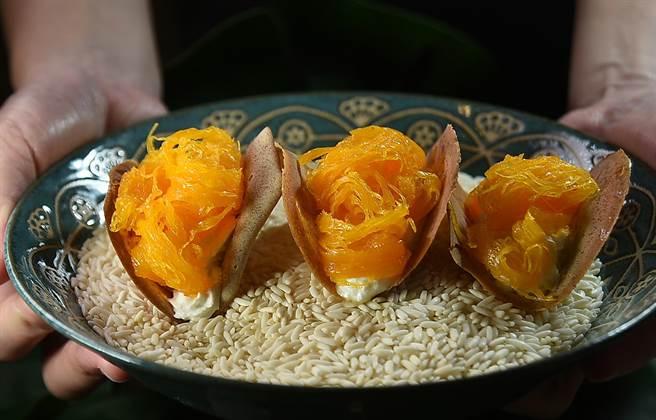 在〈Zaap〉可以吃到獨特的泰式風味甜點〈蛋絲小脆餅〉,脆餅與蛋絲中間還「埋伏」了打發的鮮奶油。(圖/姚舜)