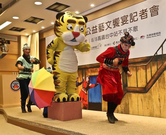在活动宣告记者会上,纸风车剧团团员演出「武松打虎」的精彩片段。(刘宗龙摄)