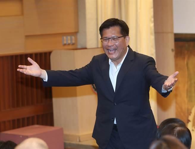 交通部长林佳龙(图)邀请大、小朋友共襄盛举免费观赏,以实际行动支持台湾在地优质的艺文表演,并力行防疫新生活运动。(刘宗龙摄)
