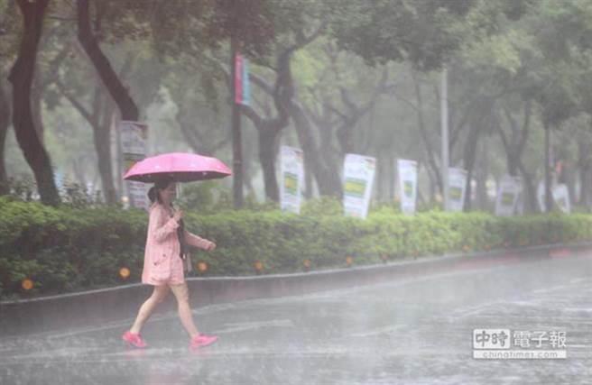 氣象局針對全台15縣市發布豪、大雨特報。(資料照)