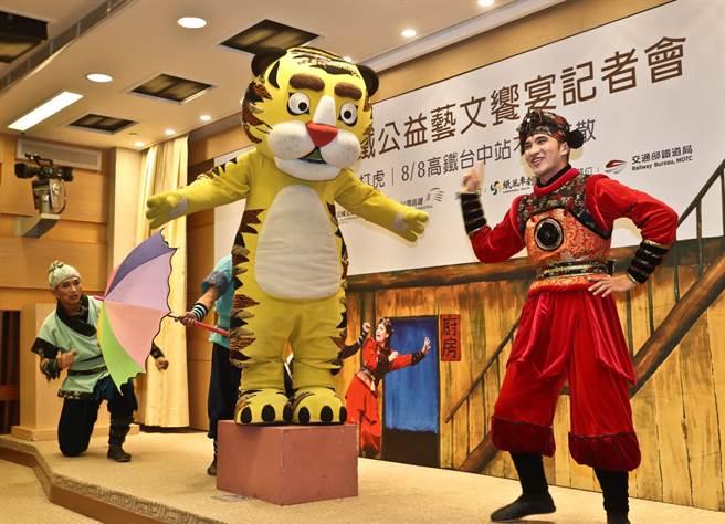 纸风车剧团受台湾高铁邀请,将在父亲节赴台中高铁站演出经典戏码《武松打虎》。(刘宗龙摄)