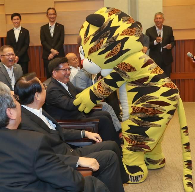 《武松打虎》戏码中的老虎特别与林佳龙互动,林佳龙笑称他们是「龙兄虎弟」。(刘宗龙摄)
