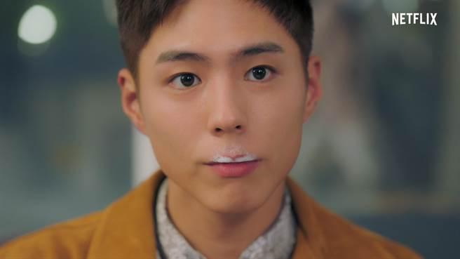 剧中有场戏是朴宝剑喝咖啡时泡沫沾在嘴边,露出可爱模样。(Netflix提供)