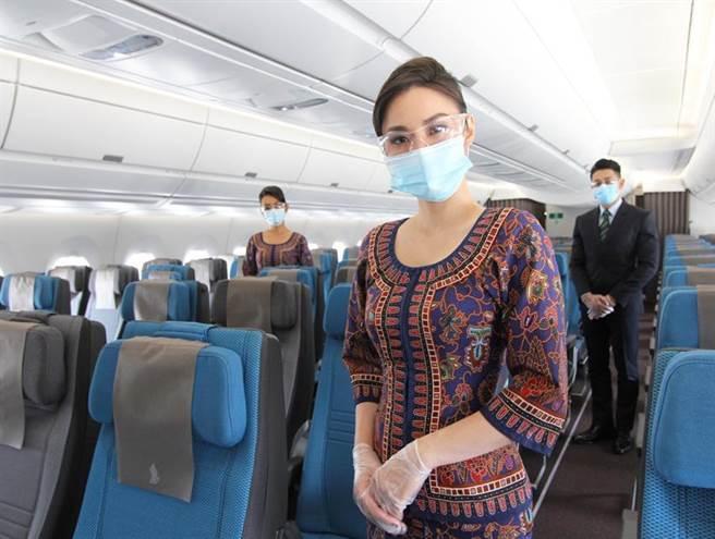 提供貼心服務的新航空服員。圖/新航提供
