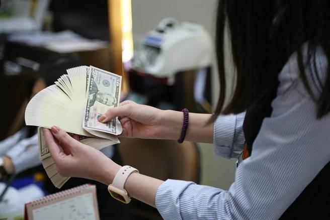 新台幣強勢,美元保單買氣創歷史新高。圖/資料照片