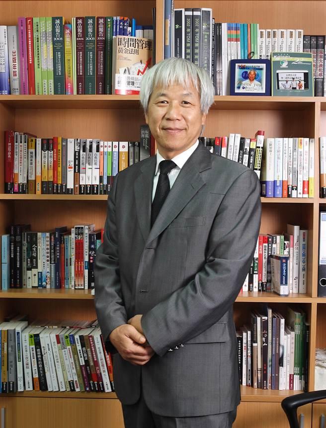 城邦出版集團董事長何飛鵬獲第44屆金鼎獎特別貢獻獎。(文化部提供)