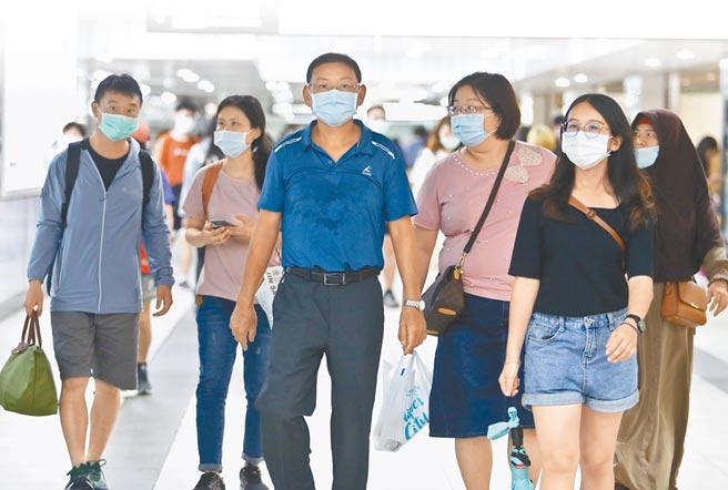 新冠肺炎疫情尚未趨緩,指揮中心呼籲民眾保持社交距離,不能維持者,請戴口罩。圖為民眾到台北車站,戴口罩防疫。 (劉宗龍攝)